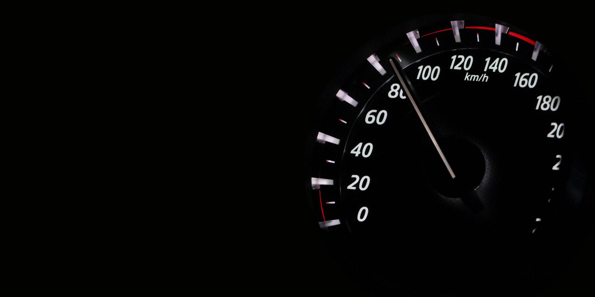 Tachometer steht auf 80 Km/h